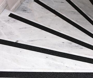 Steinoberflächen - z. B. Steintreppen - werden durch Stocken oder Bürsten, mit speziellen Schleifverfahren oder Anti-Rutsch-Streifen rutschhemmend - Stoffaneller Frankfurt