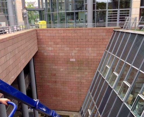 Behoerdenzentrum-Fassade-Sandstein