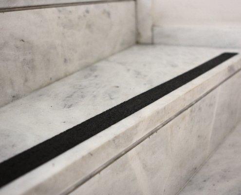 Trittsicherheitsstreifen-treppe-schwarz-detail